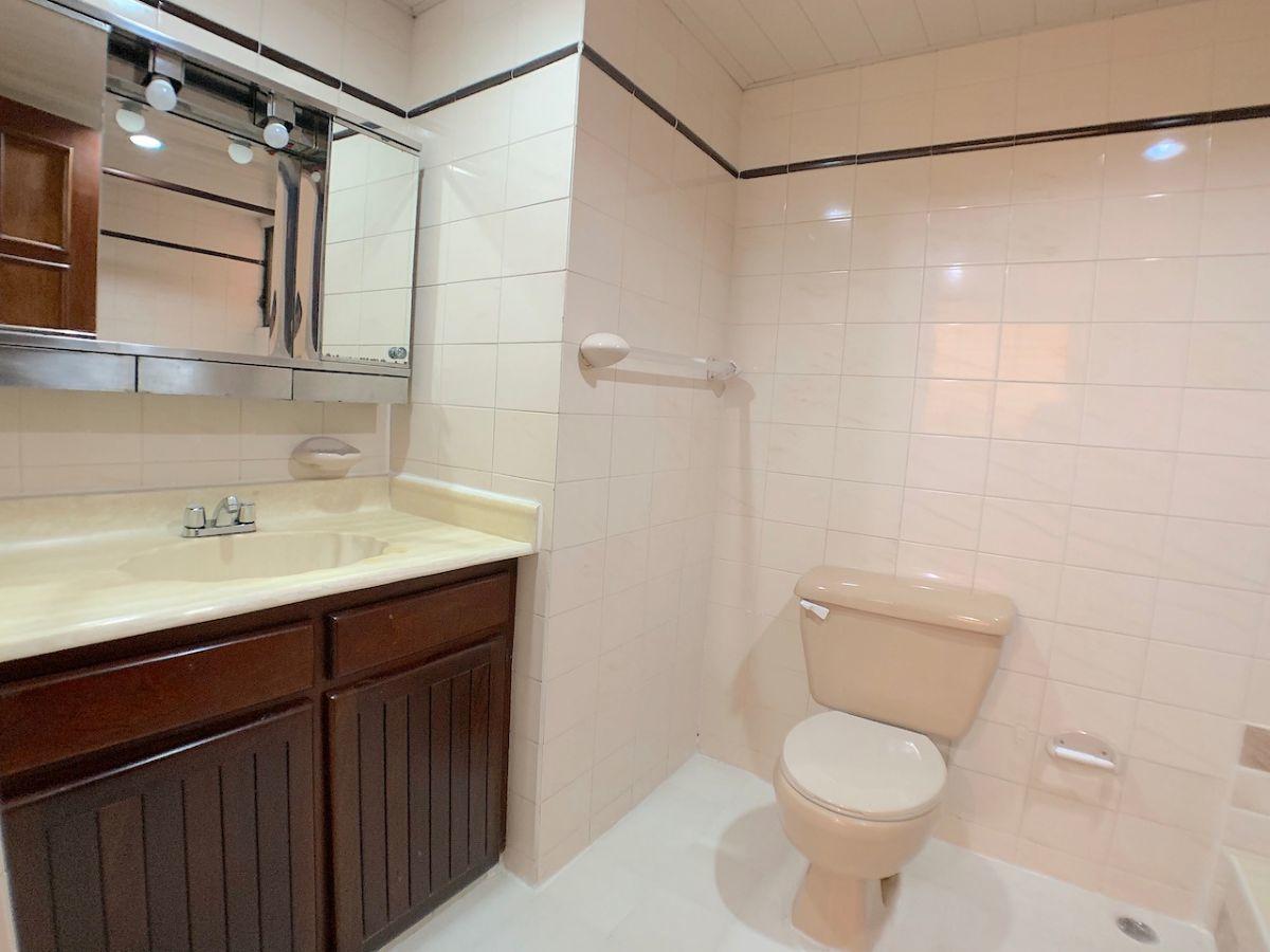 11 de 17: baño principal con tope de lavamanos en muebles