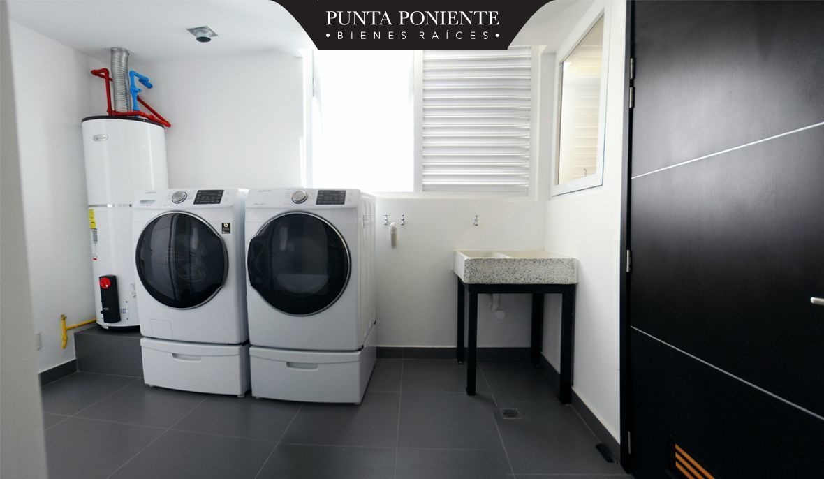 12 de 19: Cuarto de lavado y bodega interior