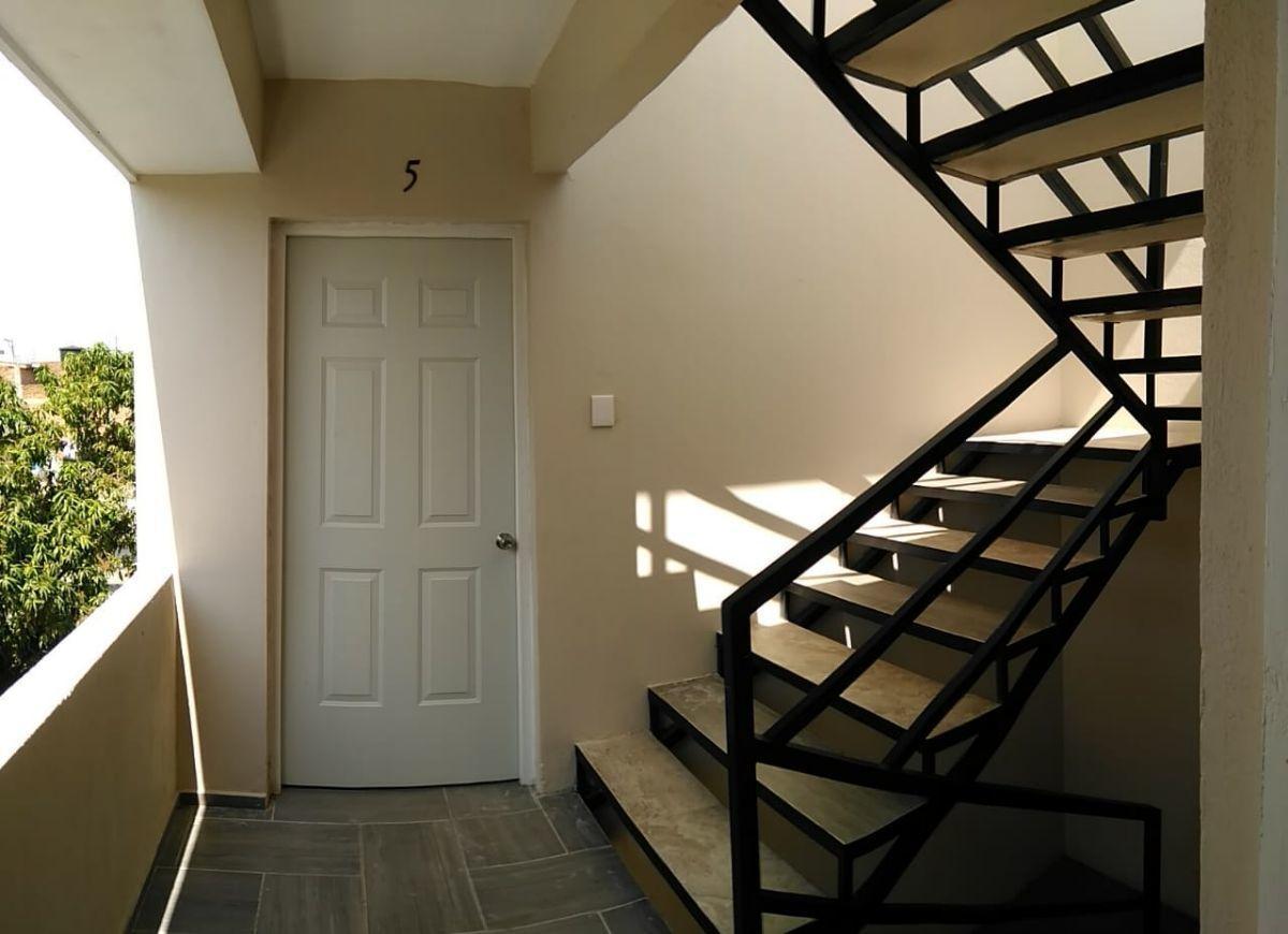4 de 21: Acceso a departamentos, escaleras amplias.
