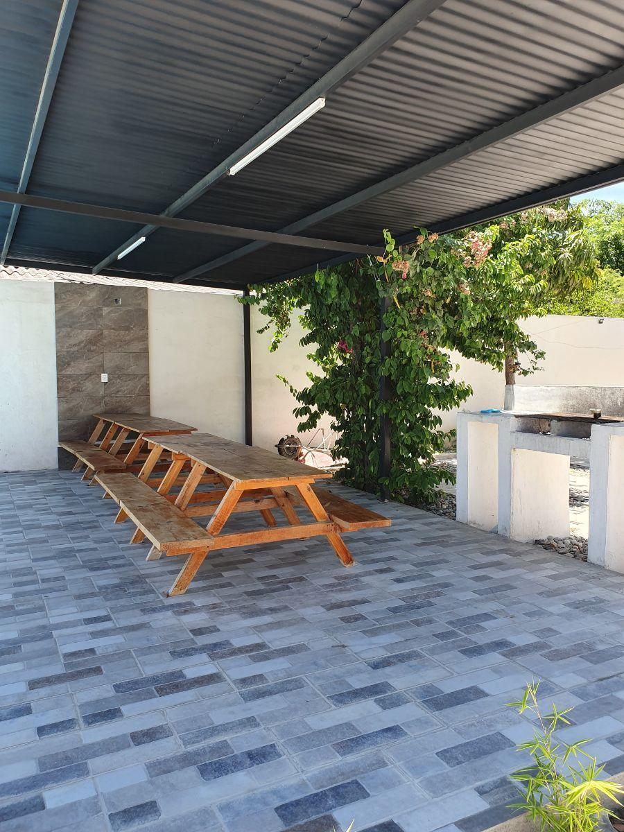 20 de 21: Área común con mesas y asador.