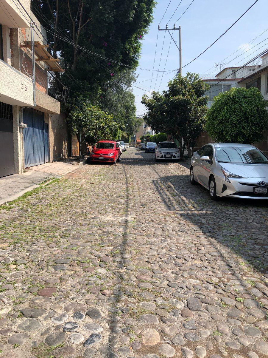 19 de 19: Ubicada en calle empedrada con pluma