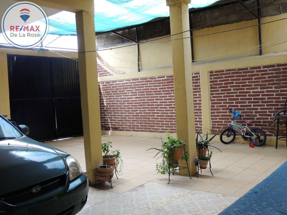 11 de 12: Patio con cochera cubierta y accesos a calle lateral