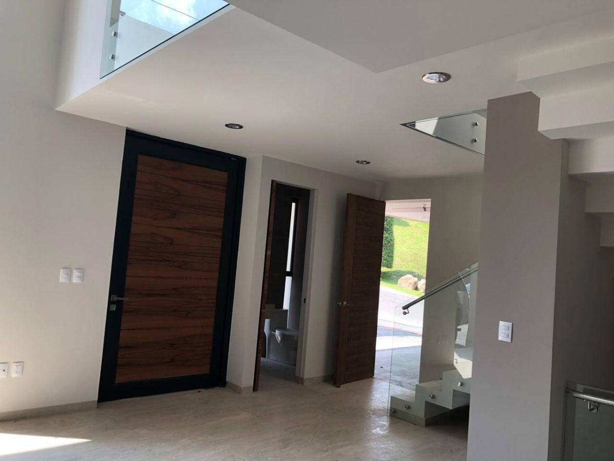 2 de 41: Entrada , medio baño, escalera, áreas verdes en el exterior.