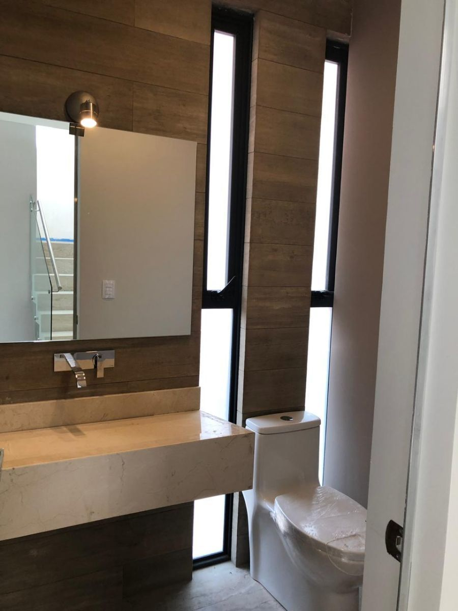 3 de 41: Medio baño en entrada para visitas en sala y comedor.