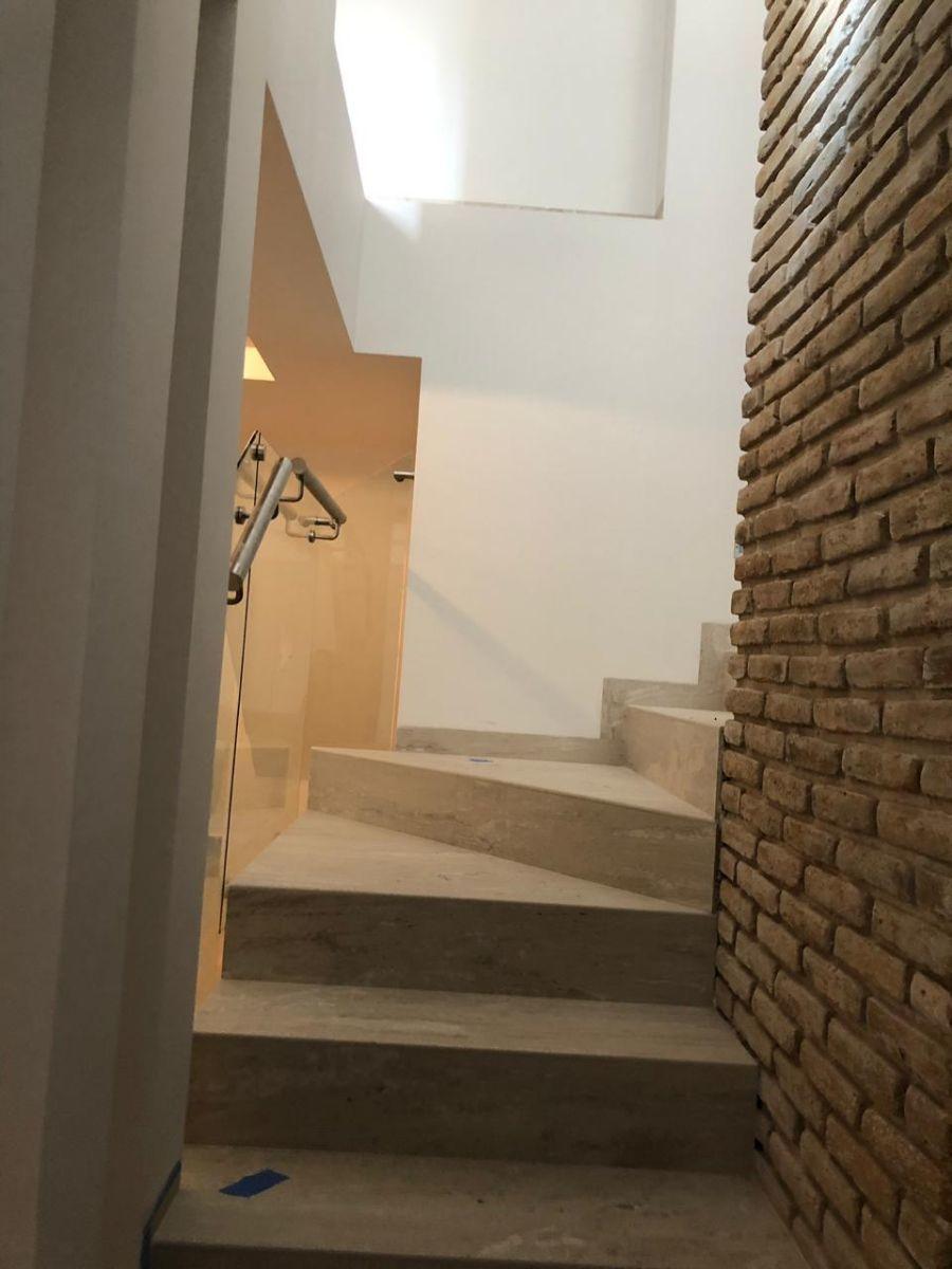16 de 41: Hermosa escalera con detalles como murete de ladrillo.