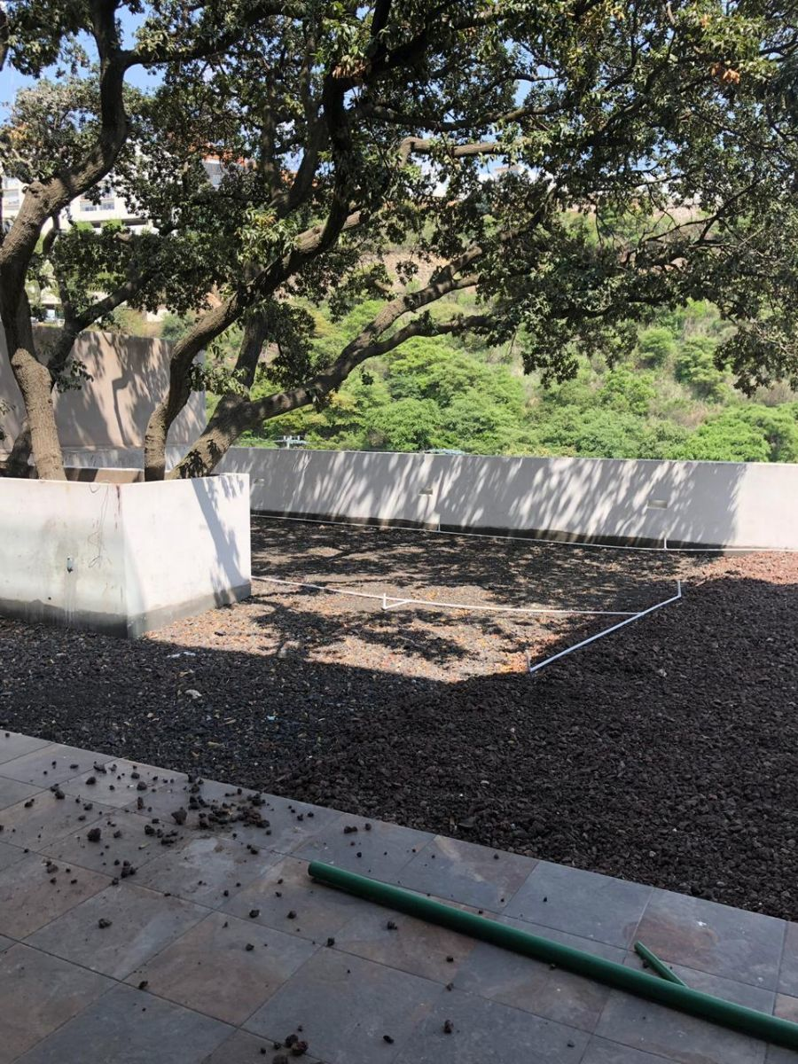 24 de 41: Jardín con vista ponorámica y sistema de riego.