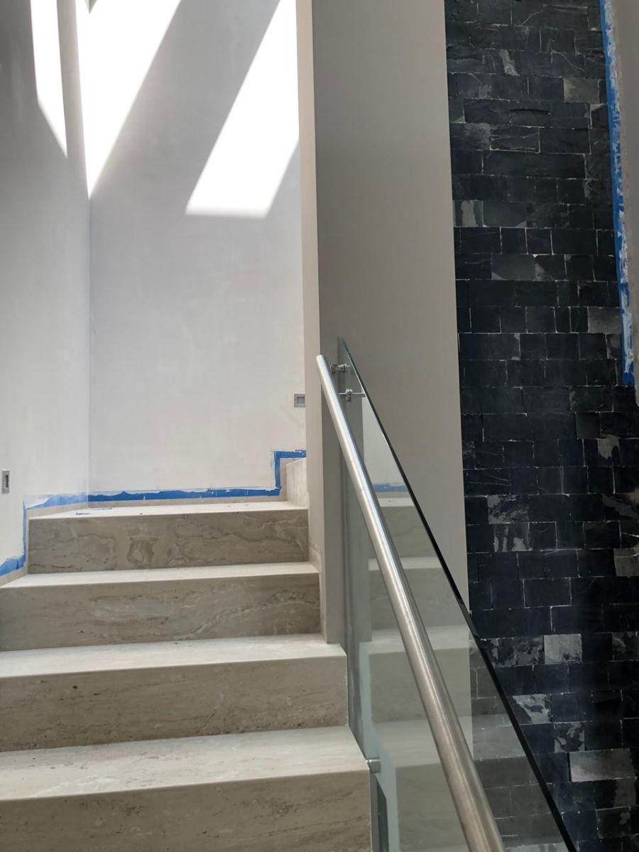 26 de 41: Escalera con luz de cortesía cada 2 escalones.