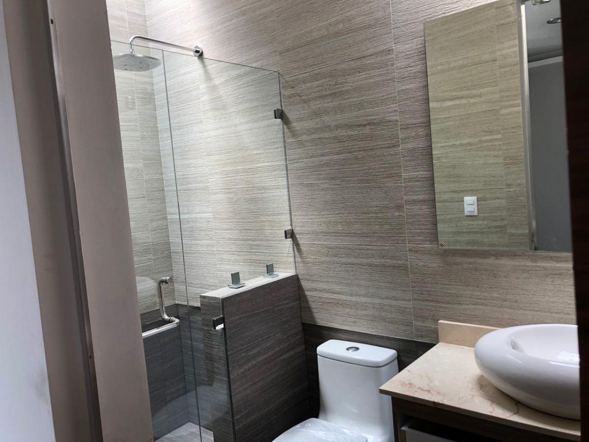 33 de 41: Hermoso baño de habitación secundaria con acabados de lujo.