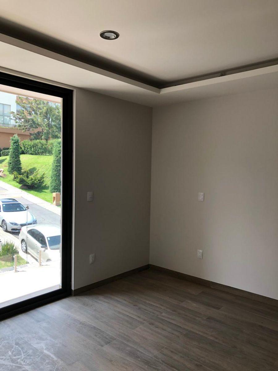35 de 41: Habitación con vista al frente, plafones con luz LED.