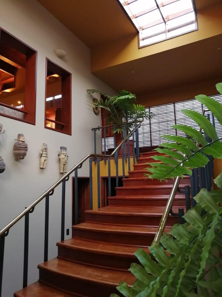 2 de 18: Escalera hacia el segundo piso.