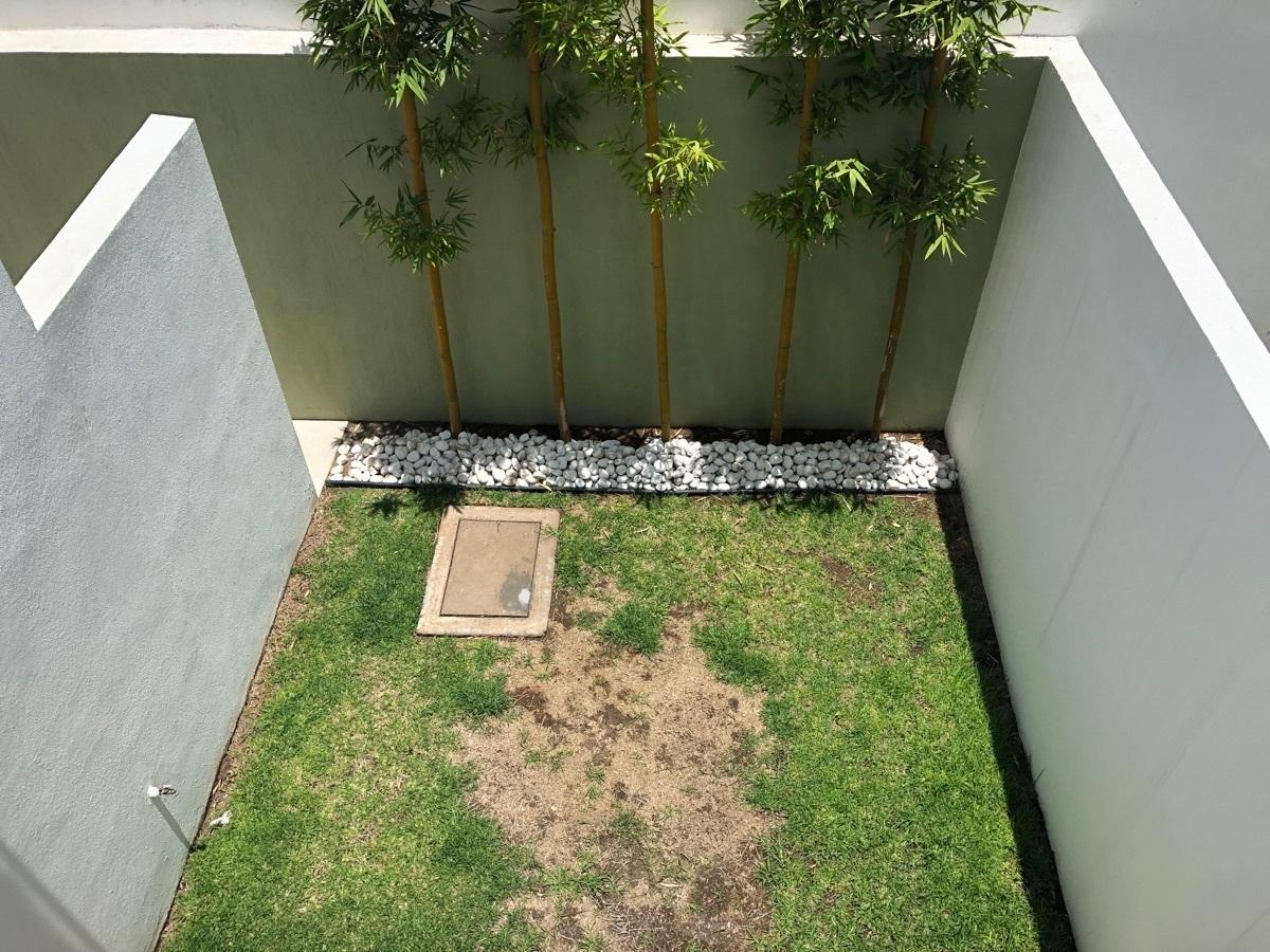 23 de 24: Jardin posterior