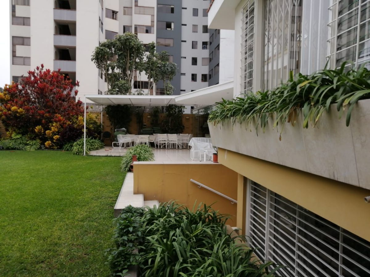 2 de 11: Jardín con terraza.