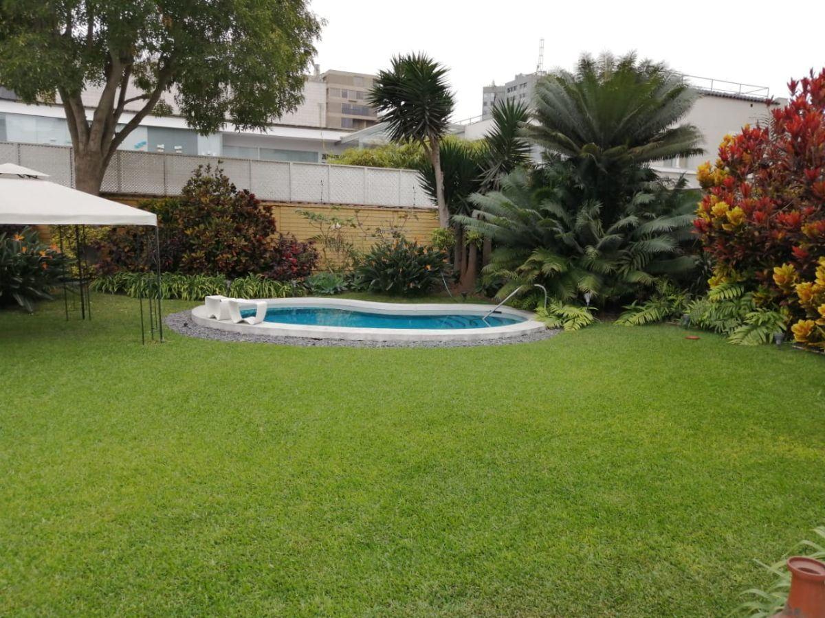 1 de 11: Otra vista del jardín con la piscina.