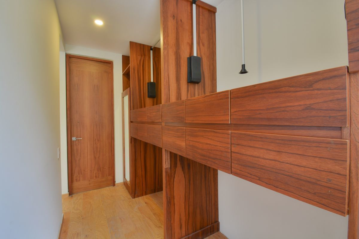 14 de 32: Vestidor principal doble capacidad con elevador