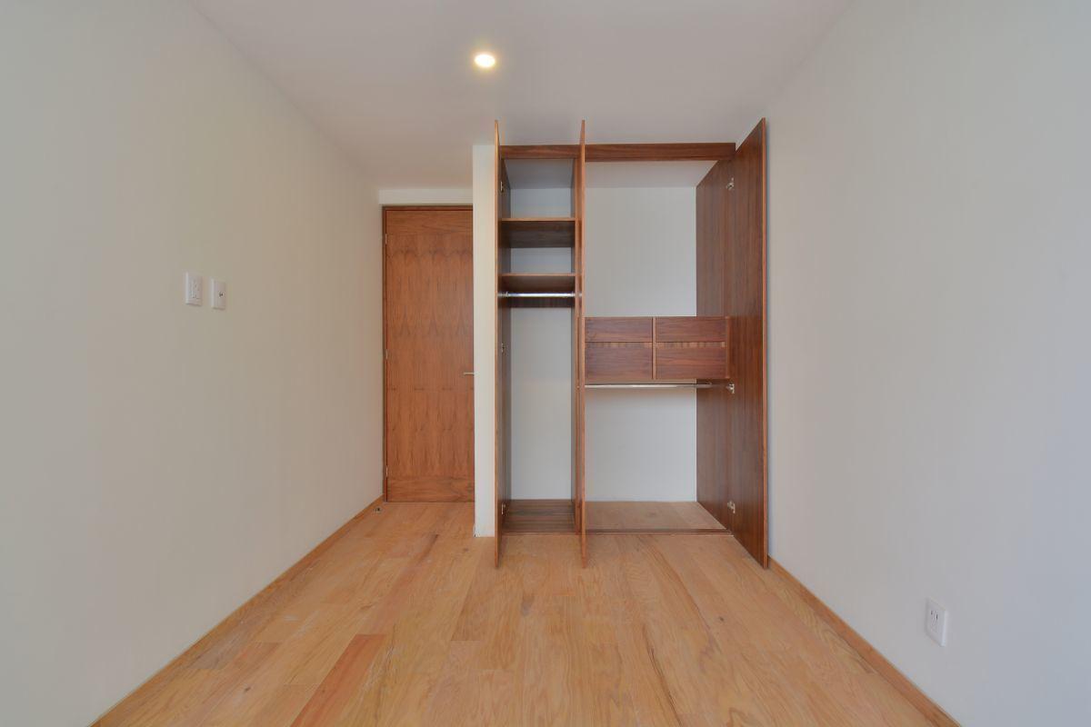 23 de 32: Closet recámara 2 o 3 doble capacidad con elevador