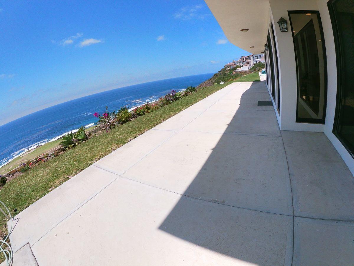 24 de 33: Amplia terraza con vista al mar y campo de golf