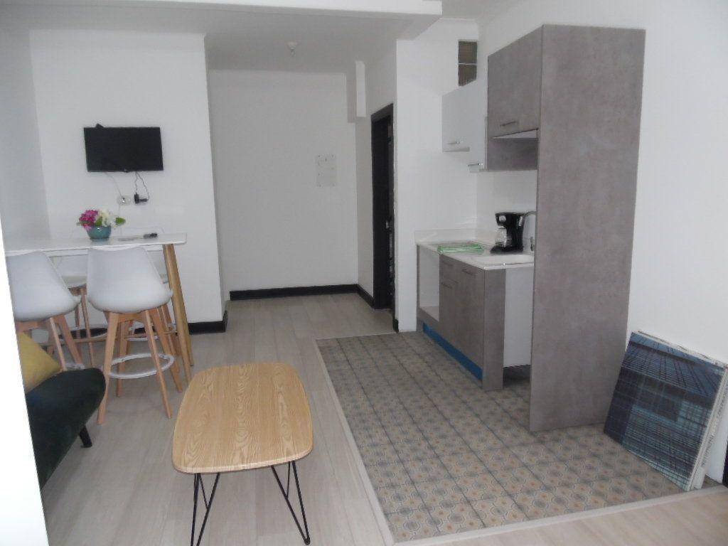 5 de 12: cocina con gabinetes y conexiones
