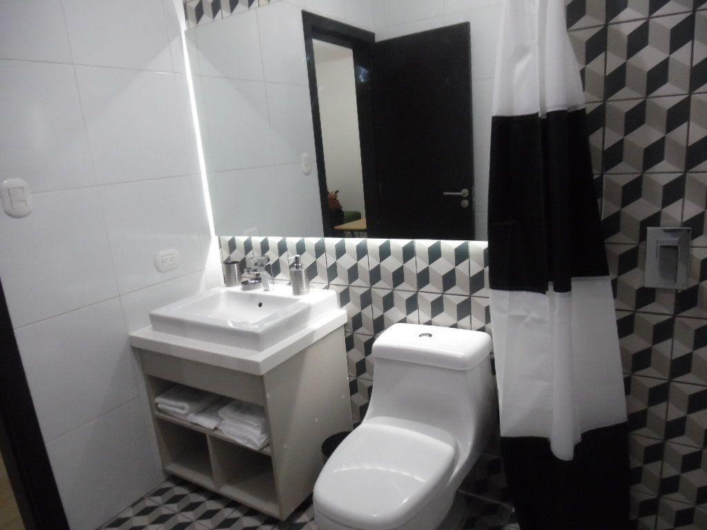 8 de 12: Baño completo con mueble y espejo.