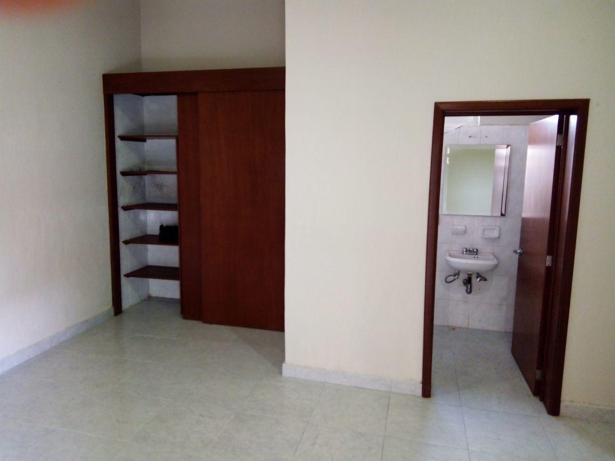 11 de 30: cuarto de servicio con baño y closet