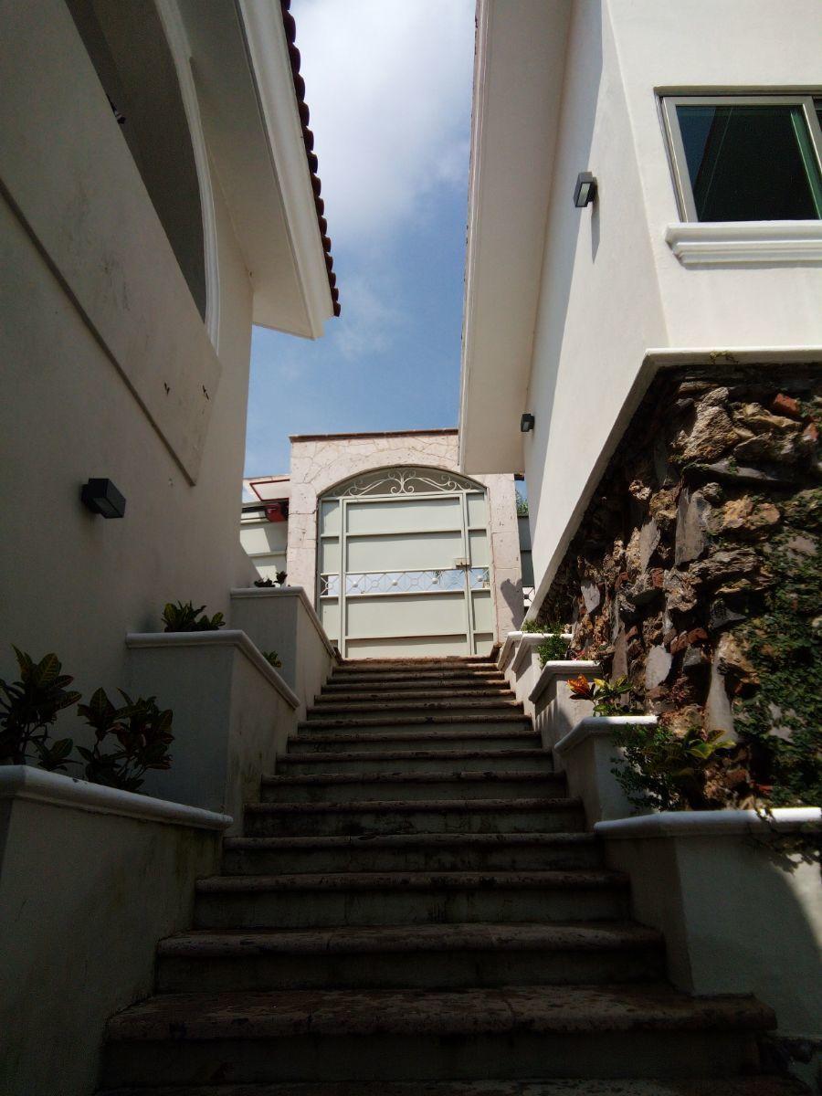 27 de 30: acceso con escalinata de cantera