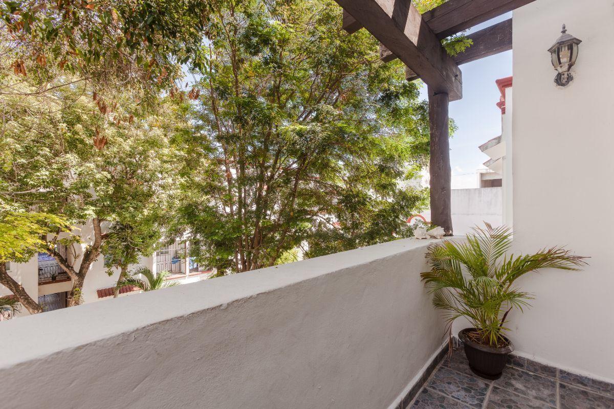 7 de 24: Agradable balcon con vista a árboles