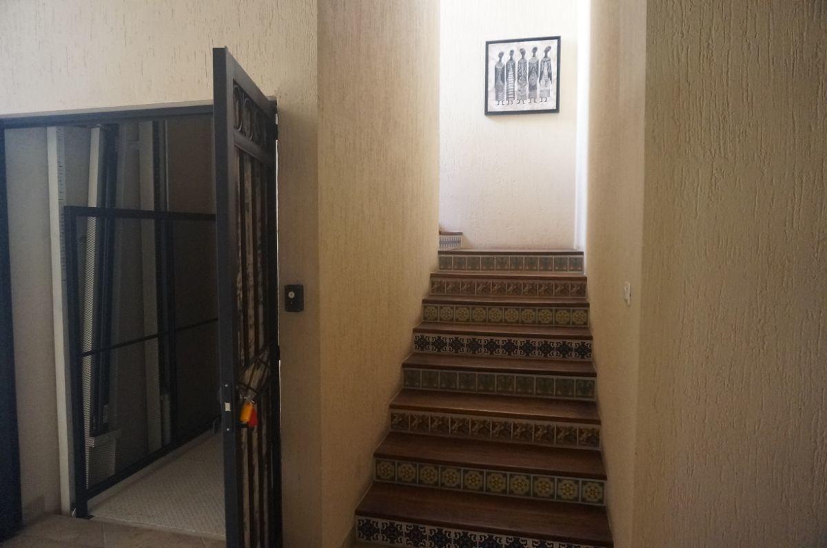 13 de 21: Elevador junto a la escalera