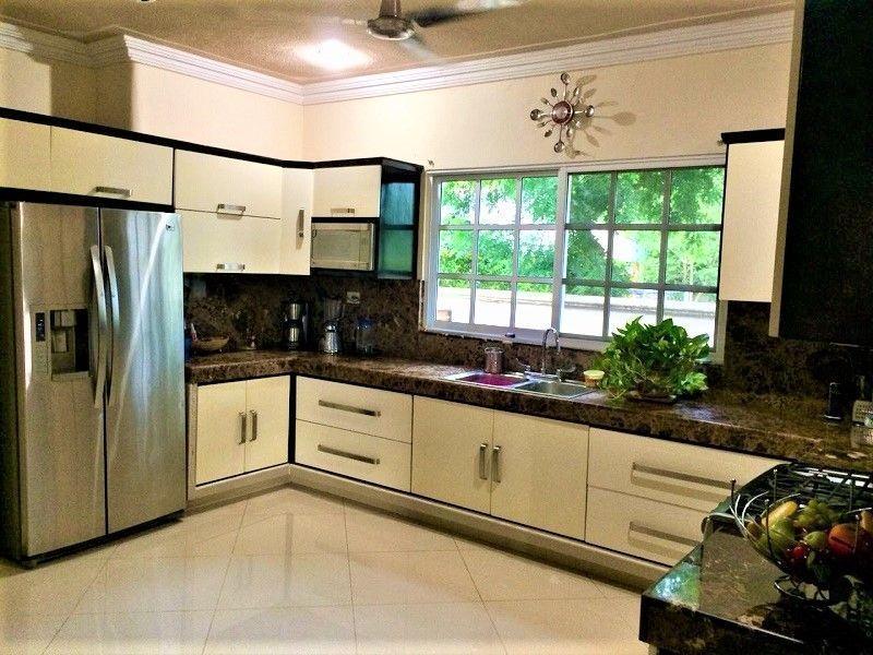 8 de 23: Cocina, área lava-trastes y refrigerador.