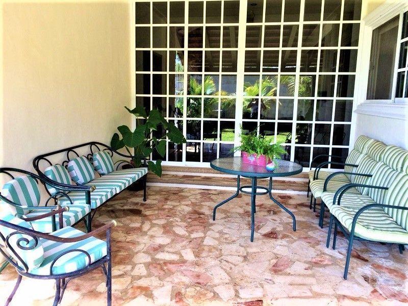 10 de 23: Sala de la terraza posterior.