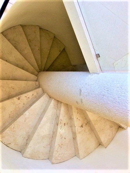 18 de 23: Escalera de caracol de mármol.