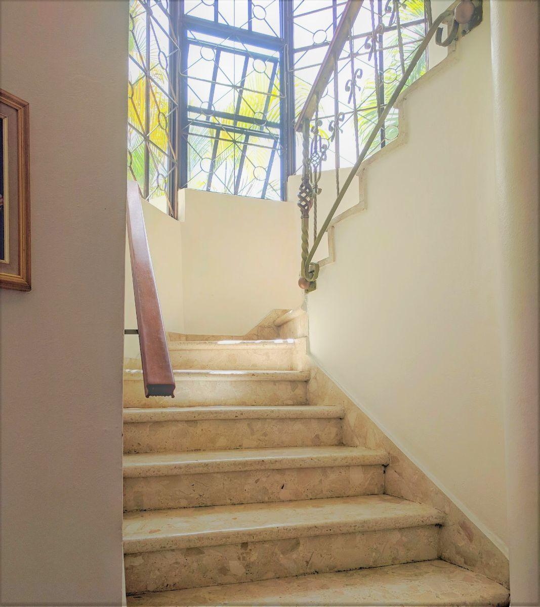 6 de 16: Escaleras al segundo nivel de habitaciones
