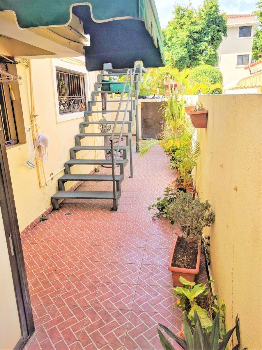 12 de 16: Acceso exterior por escalera metálica a oficina de 35 m2.