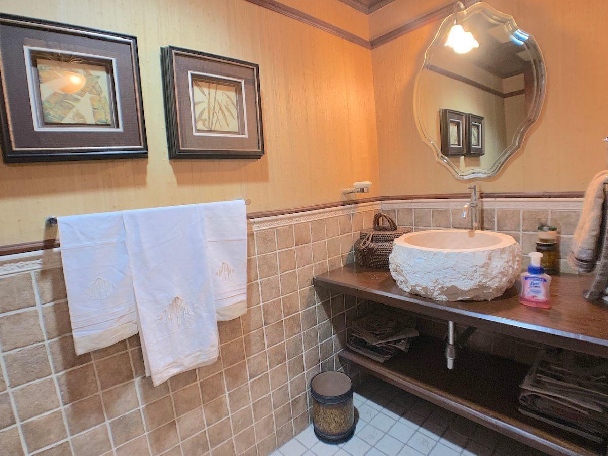 6 de 24: Baño de visita cómodo