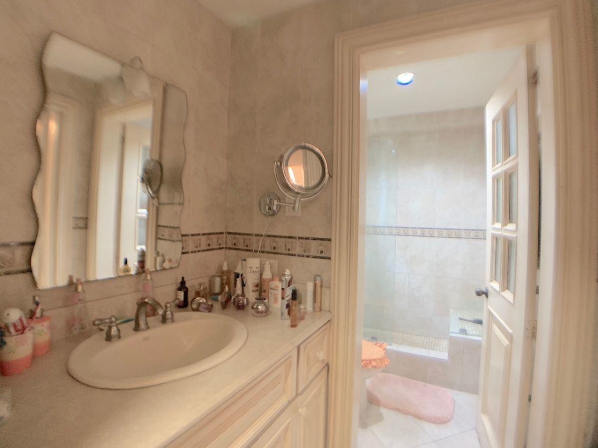 15 de 24: Baños con Area de tocador y lavamanos separado