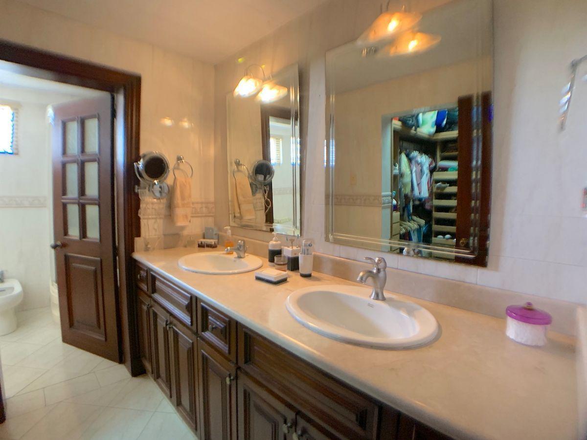 13 de 24: Doble lavamanos en baño principal
