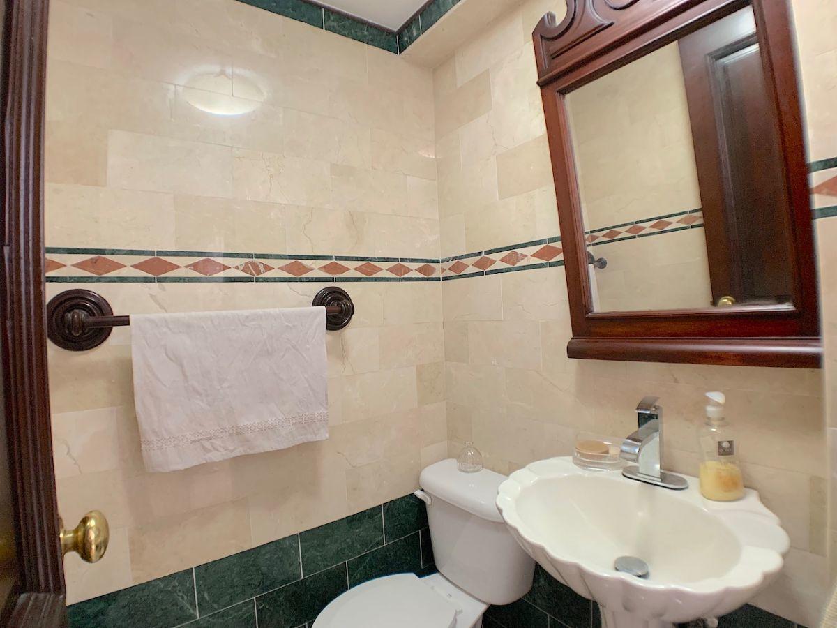 5 de 20: Baño de visita revestido en mármol