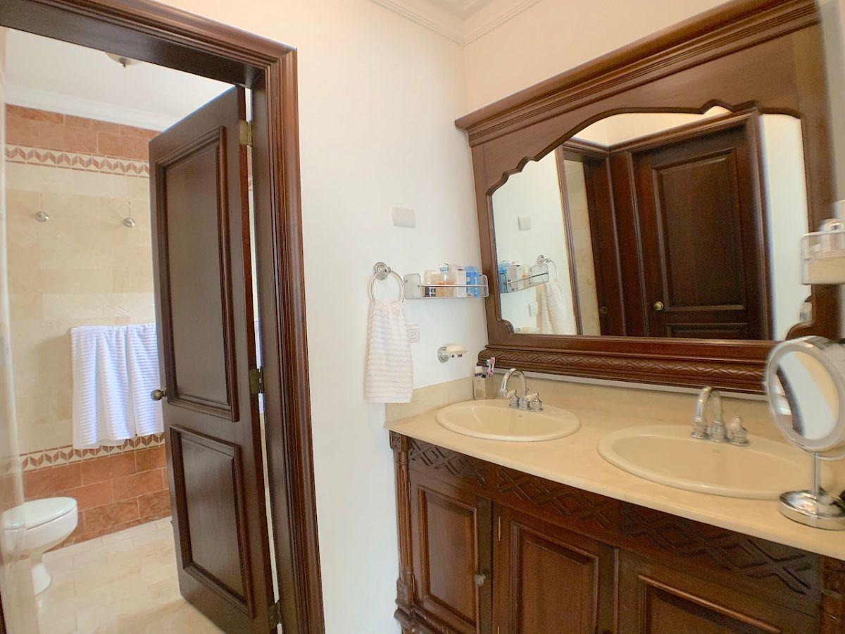 14 de 20: Baño principal con doble lavamanos y luz natural