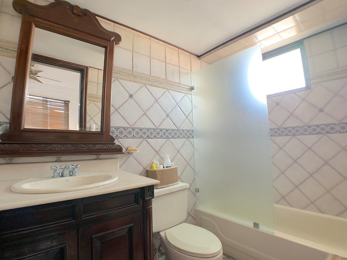 18 de 20: Baño con lavamanos sobre mueble y luz natural