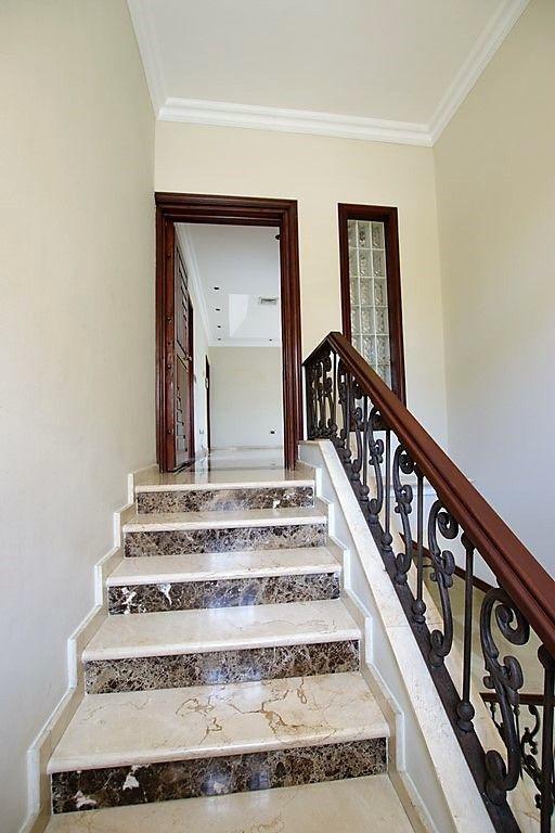 24 de 38: escalera hacia 2ndo piso