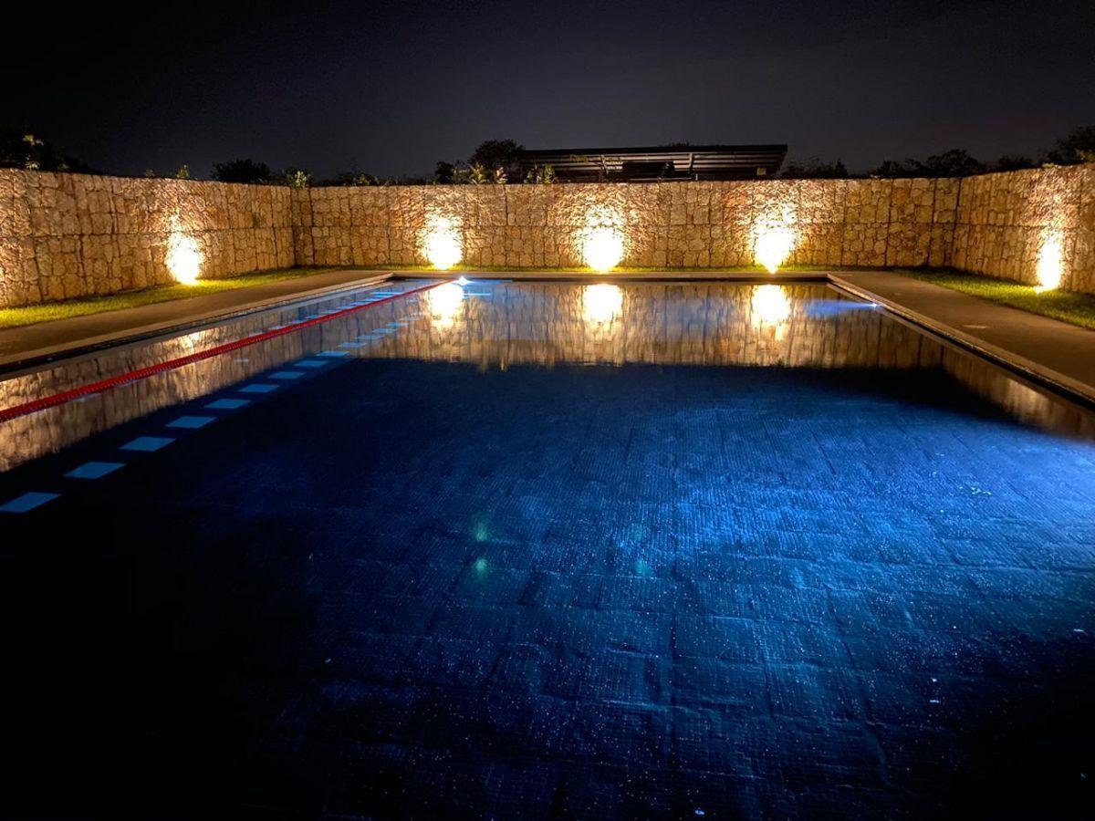 9 de 17: Piscina Semi Olímpica Vista Nocturna