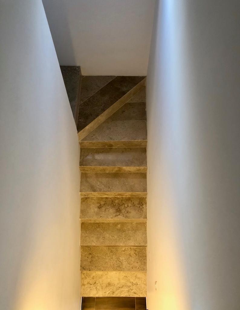 4 de 18: Escaleras con Iluminación
