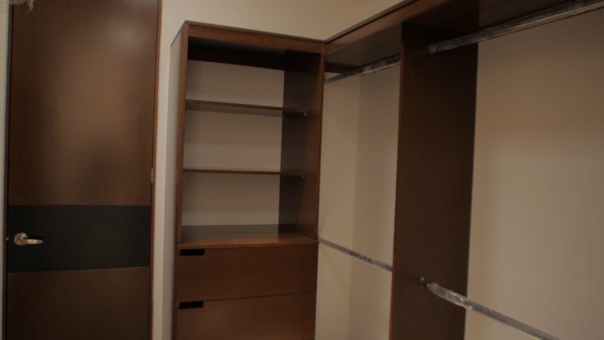 12 de 18: Closet Vestidor Recámara Principal