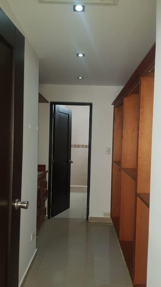 30 de 37: Closet Habs principal con baño