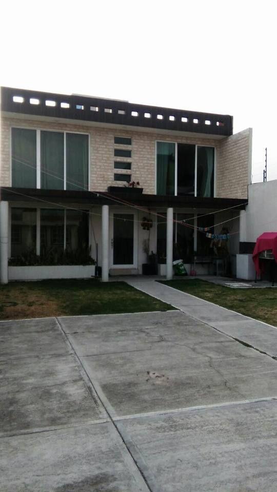 6 de 8: Frente de la casa principal con terraza, estacionamiento 6