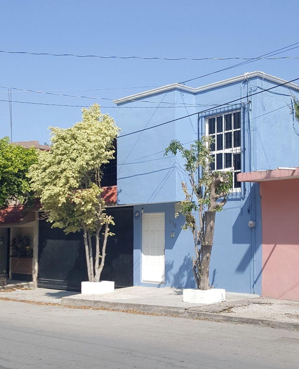 3 de 25: Edificio de oficina incluida a un costado de la casa.