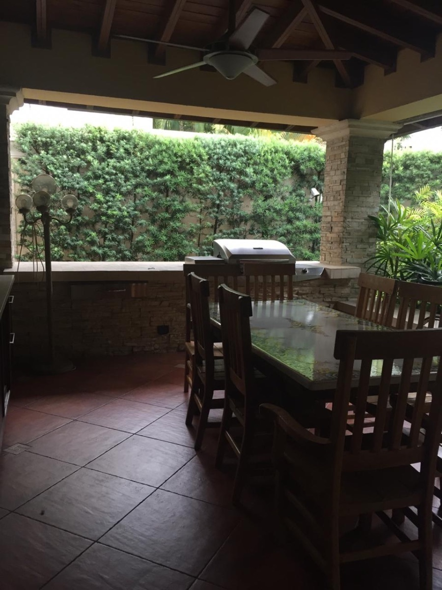 10 de 22: Terraza techada con su comedor