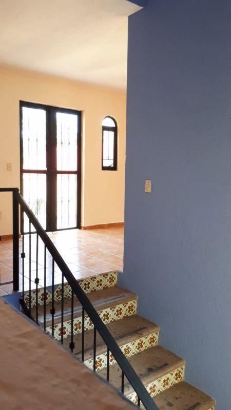 26 de 27: vista de la escalera a la puerta del balcón