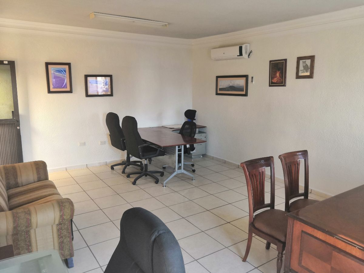 3 de 7: incluye dos escritorios y sus sillas y aire acondicionado