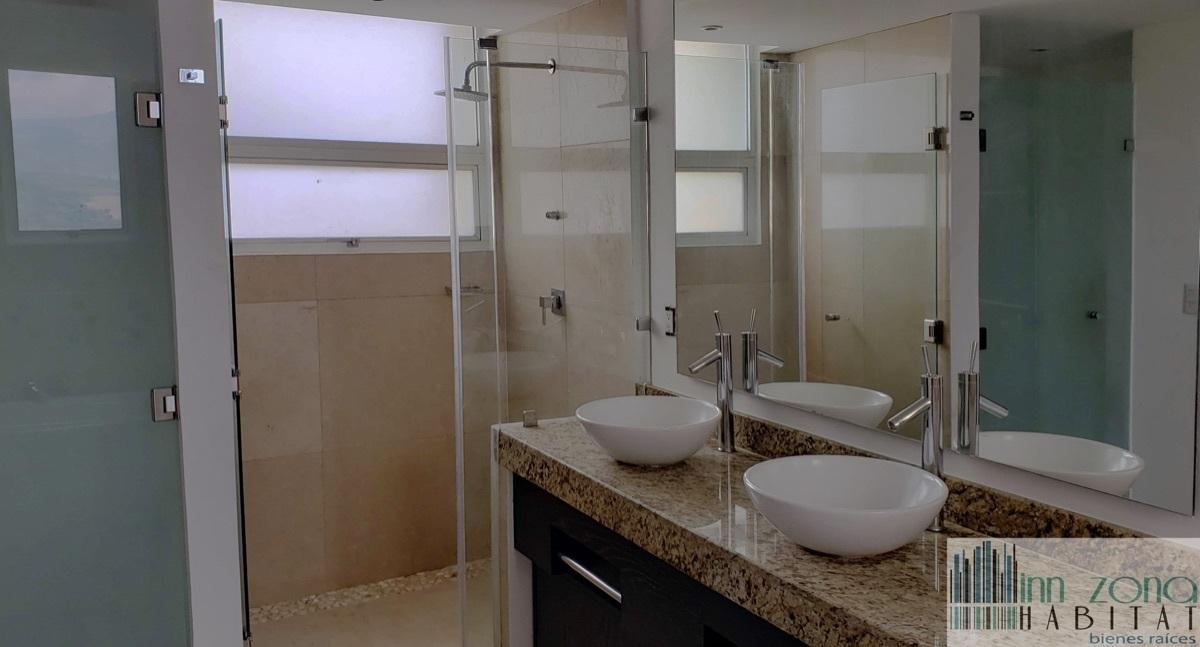 3 de 33: Baño de habitación principal