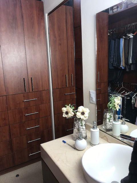 11 de 13: Vestidor y lavabo con mueble de madera