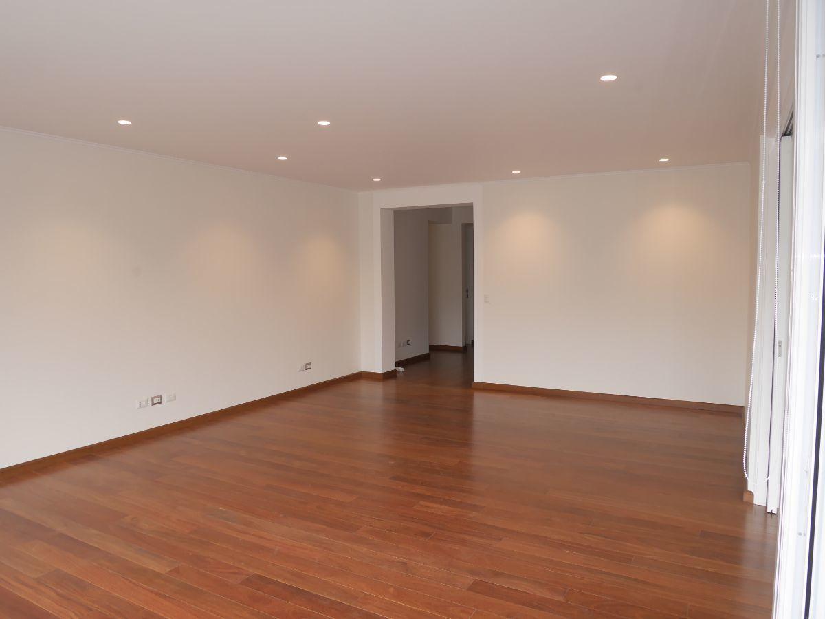 5 de 38: Sala con espacio para dos juegos  muebles con vista al parqu